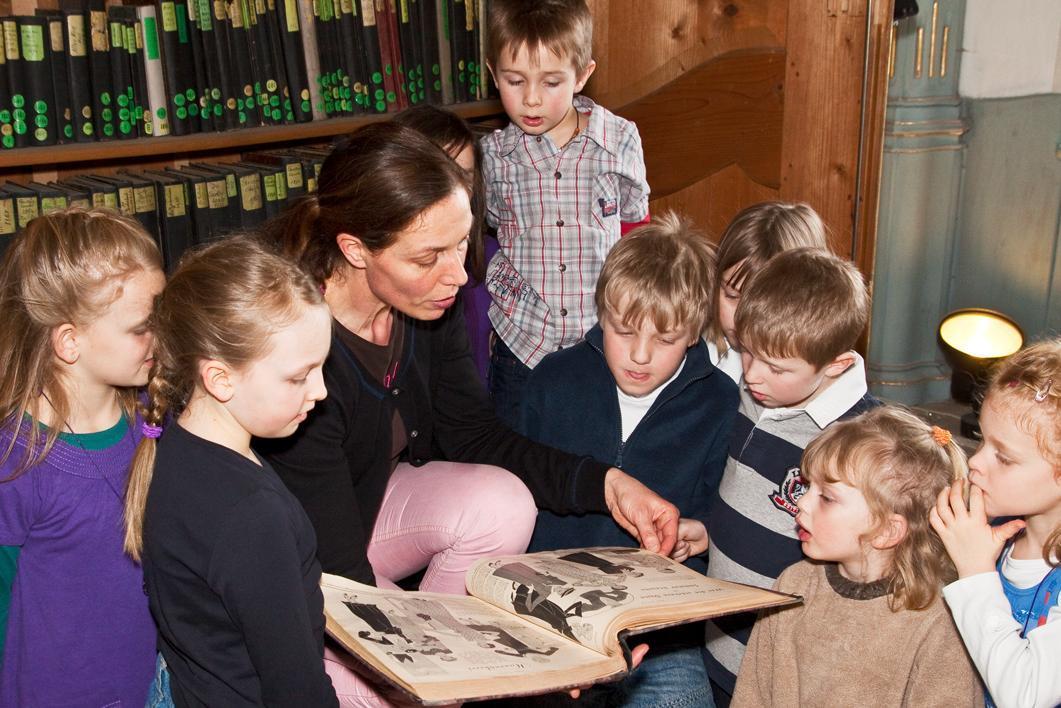 Vorleserunde mit Schulkindern; Foto: Staatliche Schlösser und Gärten Baden-Württemberg, Urheber unbekannt
