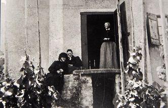 Fotografie des Fürstenhäusles, in der Tür die Nichte Annette von Droste-Hülshoffs